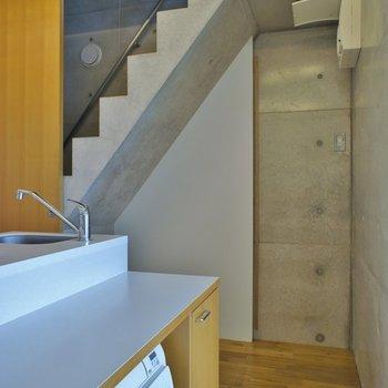 階段下も収納できる※写真は別室です。