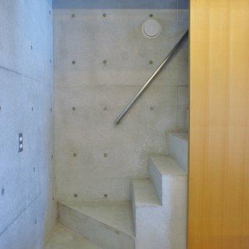 階段はこんな感じ※写真は別室です。