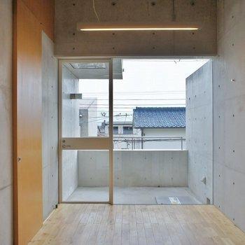 大きな窓が開放的※写真は別室です。