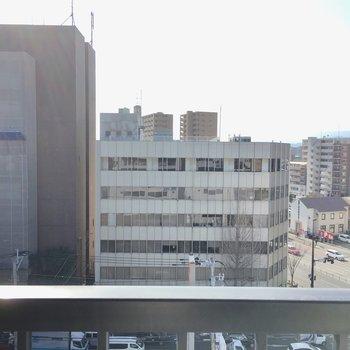 眺望は、大きな建物いっぱい。大きなカニさんのシンボルマークも見えます。