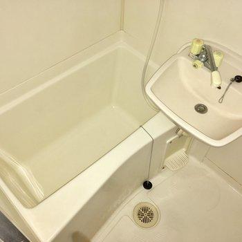 お!お風呂は意外と普通(※写真は清掃前のものです)