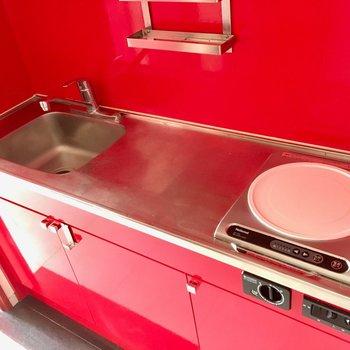 キッチンも赤。作業台もしっかりあって作業しやすい(※写真は清掃前のものです)