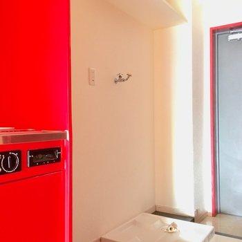 キッチン横は、冷蔵庫置き場。そのお隣が洗濯パン(※写真は清掃前のものです)