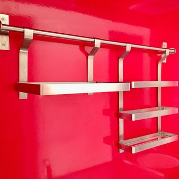 上部にはステンレスの棚付き。赤とステンレスの相性って素敵(※写真は清掃前のものです)