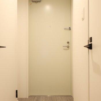 玄関は淡いトーンでキュート(※写真は2階の同間取り別部屋のものです)
