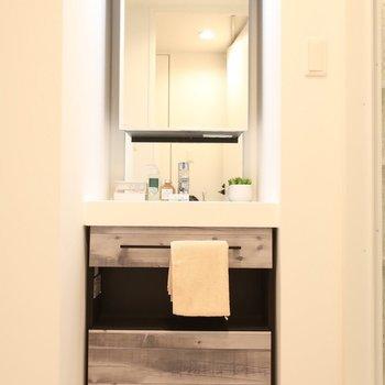 キッチンとお揃いデザインの洗面も素敵!(※写真は2階の同間取り別部屋のものです)
