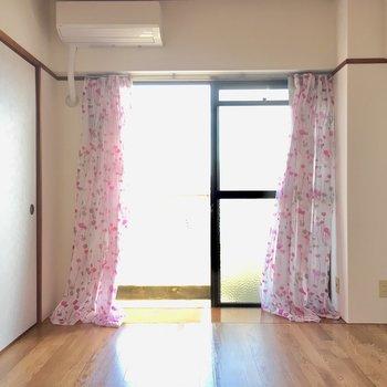 洋室にエアコンは付いています。(※カーテンは見本です)
