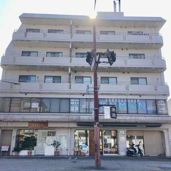 1・2階はテナントになっている5階建ての建物です。