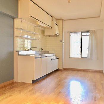キッチンの窓はちょっと低めの窓。2面採光です。(※カーテンは見本です)