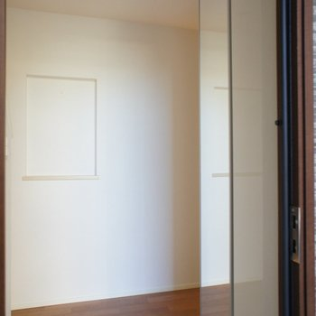 玄関、大きなシューズボックスも。