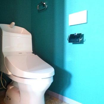 トイレはかっこいいデザイン。ウォシュレット付き!