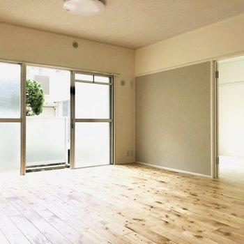 さて、リビング側の洋室はどんなお部屋だろう・・・