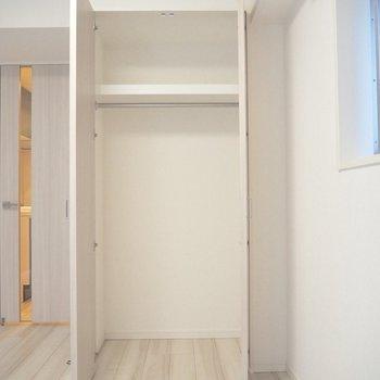 ひとり分の洋服だったら収まりそう※写真は3階反転間取り別部屋のものです