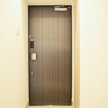 ウッド調のドアがやさしい※写真は3階反転間取り別部屋のものです