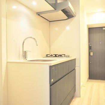 キッチンも明るいです※写真は3階反転間取り別部屋のものです