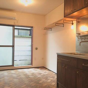 キッチンも小棚も床も木。