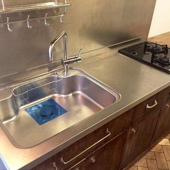 調理スペースはステンレス。棚は木製。良いいいい