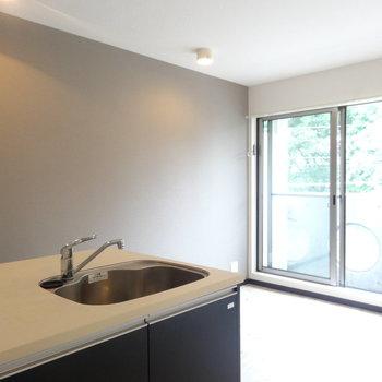 キッチンからの眺めはこんな感じ※写真は4階反転間取り別部屋のものです