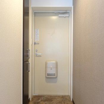 こちら玄関です※写真は4階反転間取り別部屋のものです