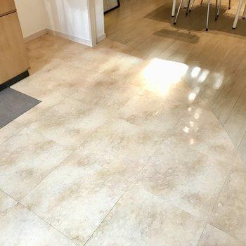 キッチン前の床はさりげないアーチ。差し込む光がやさしいなぁ