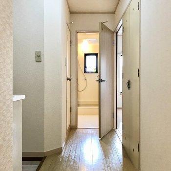 それでは廊下へ。つきあたり左側が洋室。目の前が脱衣所です