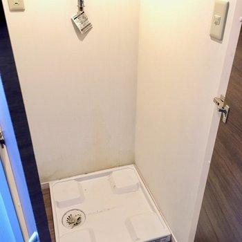 実は洗濯機置場は、キッチンの横!扉で隠すことが出来ますよ◎