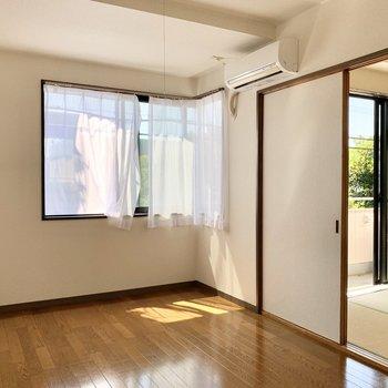 約5.7帖の洋室、とっても気持ちのいいの光と風が入ります。
