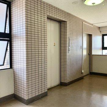 2階ですがエレベーターもありますよ。
