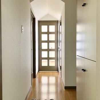 玄関入って、廊下の可愛いさんかく屋根がお出迎え。