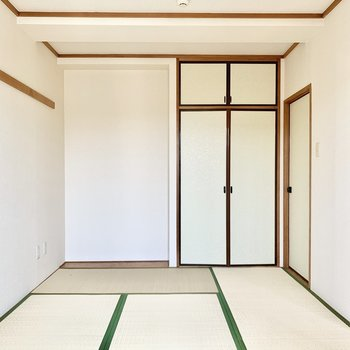 奥にちょっぴりある板の間スペースに掛け軸を飾ってみたり。
