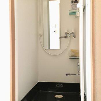 鏡付きのシャワールーム、ちょっとですがお湯をためれて足湯ができるんです!