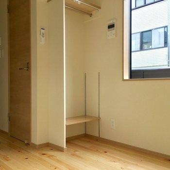 ヒノキの床の小さな家