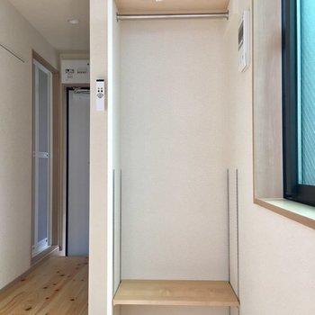 使いやすい可動棚のオープンクローゼットは、カーテンを付けることも。