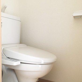 ウォシュレット付きトイレ!ここも段差のないヒノキの無垢床なんですよ〜