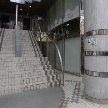 エレベーターは、建物1階のここら右側奥へ。
