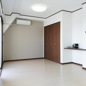 横長の居室を携えたお部屋。
