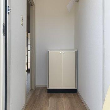 玄関の石目とナチュラルな床が相性◎