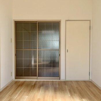 【洋室】ガラス扉は広く見えますね