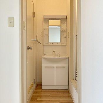 洗面台は白で清潔感を