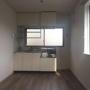 キッチン窓にちいさな出窓まで。
