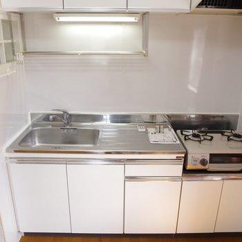 キッチン広々。サーモンシチューここで作ろうかな