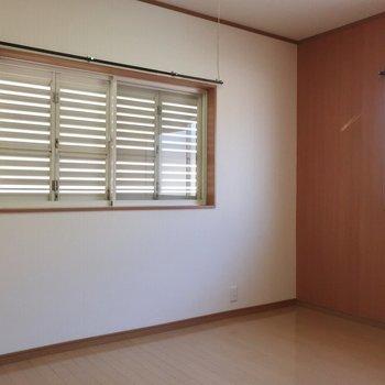 こちらは6.5帖の洋室です。2面窓で健やかな明るさも感じられます
