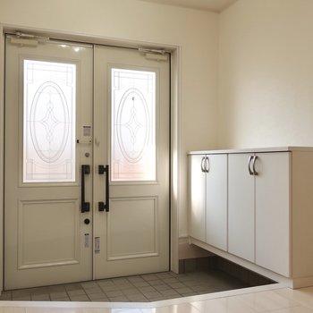 お屋敷のような豪華な玄関には収納も両側にたっぷりと