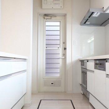 広々としたキッチンスペースには床下収納まで完備されています