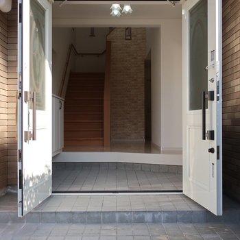 玄関は両開きになるので大きな家具を運んだりする時に重宝しますよ