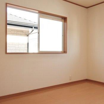 5.6帖の洋室も明るい!お子さんのお部屋にいいですね