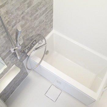 シックなデザインの浴室です。