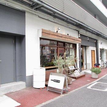 1階はカフェなどのお店がいくつか入ってます。