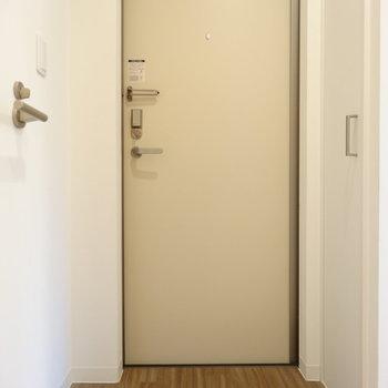玄関は少しコンパクト。※写真は同間取り別部屋のものです。