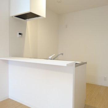 ゆったり開放感あるカウンターキッチン※写真は同間取り別部屋のものです。